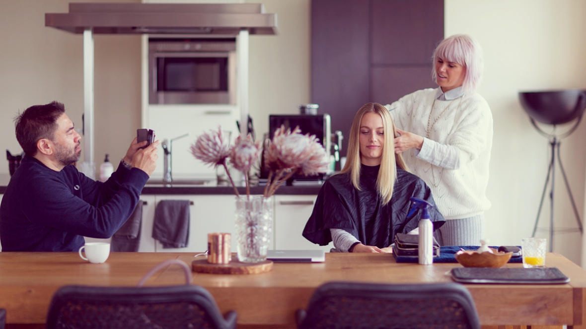 Fashion blogger Gyld hairdresser at home