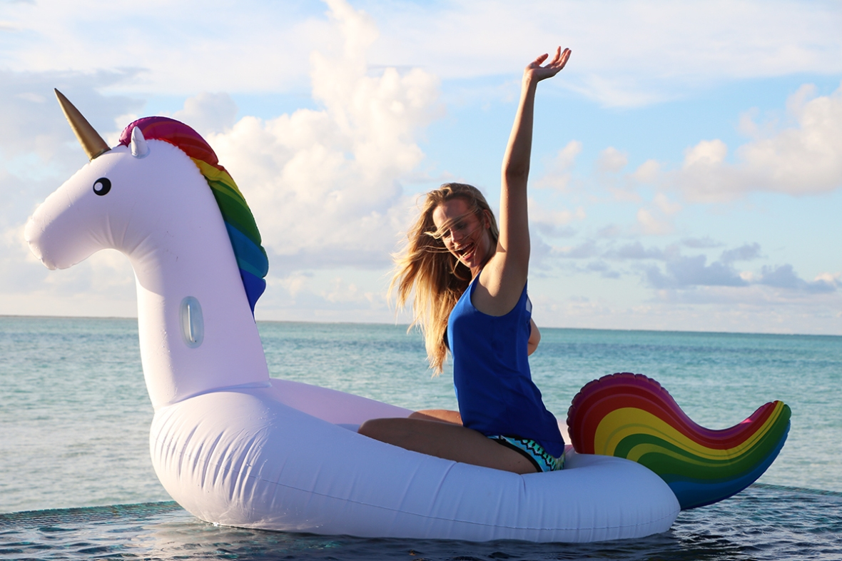 Get floaty Unicorn inflatabel Conrad Maldives Fashion Blogger