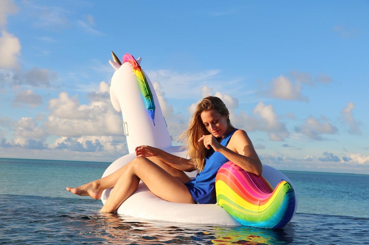 Get floaty Unicorn inflatabel Conrad Maldives Fashion Blogger
