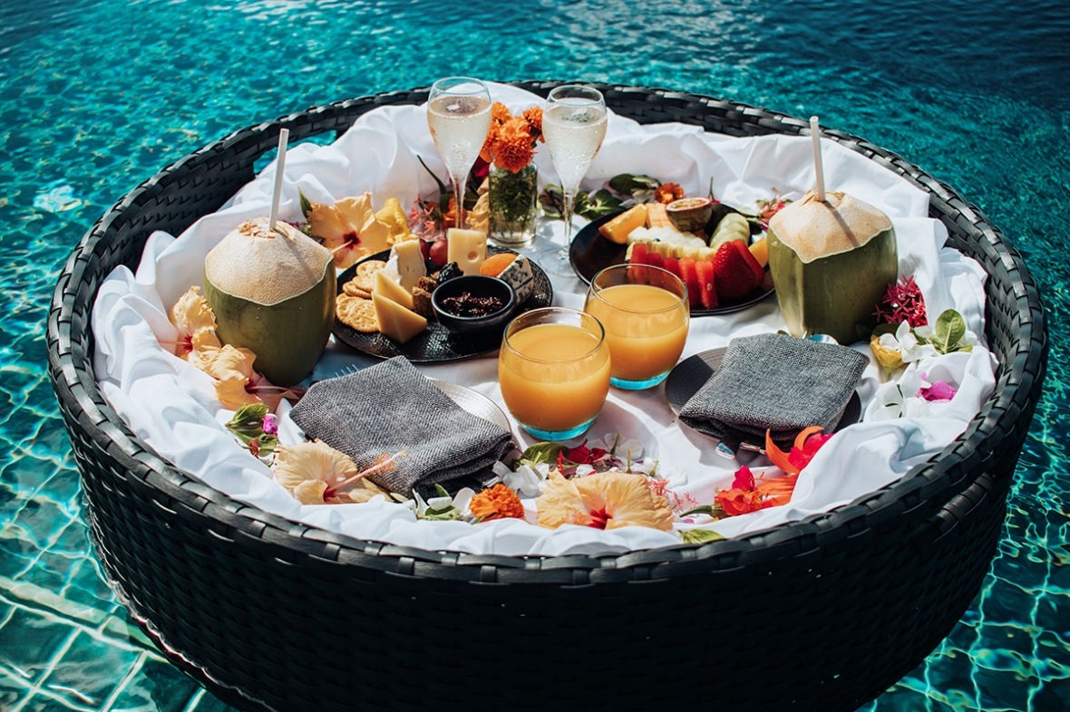 Review Outrigger Konotta Maldives Overwatervilla Floating Breakfast